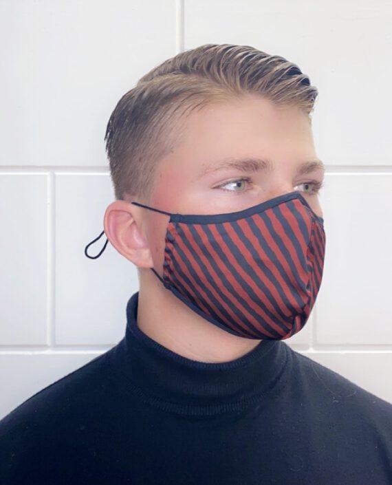 man met zebra print mondmasker